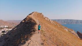 Sleep die in de bergen, sportenmensen lopen, die lopende avonturenlevensstijl in openlucht uitoefenen Sport, gezonde levensstijl stock video
