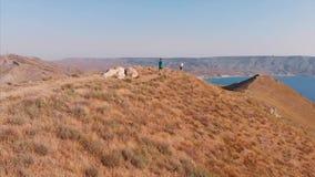 Sleep die in de bergen, sportenmensen lopen, die lopende avonturenlevensstijl in openlucht uitoefenen Sport, gezonde levensstijl stock footage