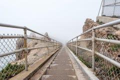 Sleep door witte mist om Reyes op Vreedzame kust te richten Stock Fotografie