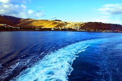 Sleep van de het vertrekken veerboot royalty-vrije stock foto
