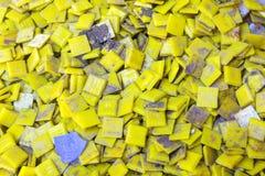 Sleep van smeltings gele die kaars op concrete muur wordt geplaatst Stock Foto