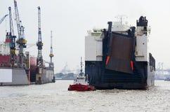 Sleepboot achter schip ro/ro-/Container in Hamburg har Stock Fotografie