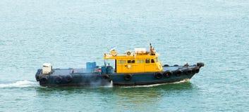 Sleepboot in Baai Stock Afbeeldingen