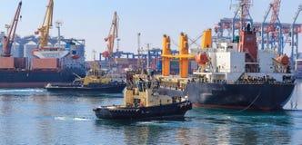 Sleepboot bijwonend die Vrachtschip in de Haven van Odessa, de Oekraïne wordt gemanoeuvreerd royalty-vrije stock foto's