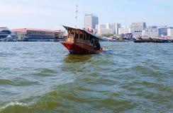 Sleepboot in Chao Phraya River Bangkok, Thailand stock foto's