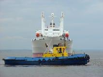 Sleepboot die een schip sleept. Stock Afbeeldingen