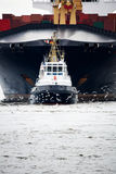 Sleepboot die vrachtschip trekt stock afbeelding