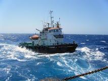 Sleepboot in een blauwe overzees Stock Foto