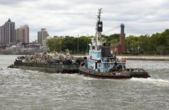 Sleepboot en aak van schroot op de Rivier NYC van het Oosten Stock Afbeeldingen