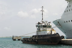 Sleepboot en het Schip van de Cruise Stock Foto