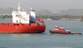 Sleepboot en tanker Royalty-vrije Stock Afbeelding