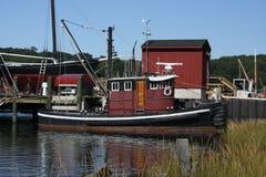 Sleepboot in jachthaven wordt gedokt die royalty-vrije stock afbeeldingen