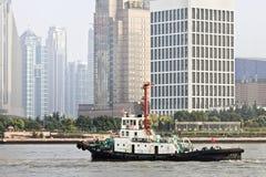 Sleepboot met Pudong-district op achtergrond, Shanghai, China Royalty-vrije Stock Fotografie