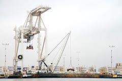 Sleepboot PHILLIS die T een aakschip beveiligen tegen de dokken bij de Haven van Oakland stock afbeeldingen