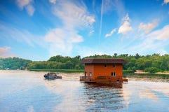Sleepboot slepend huis door rivier, Dnieper, Kiev, de Oekraïne stock foto