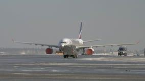 Sleepboot slepende ijs behandelde vliegtuigen van Aeroflot, Rusland stock videobeelden