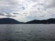 Sleepboot verschepend timmerhout over Howe-geluid in Brits Colombia, C stock fotografie
