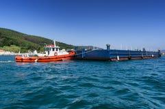 Sleepbootboot en aak Royalty-vrije Stock Foto's