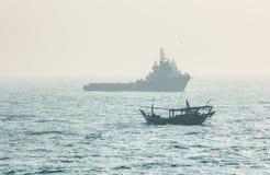 Sleepbootboot en kleine visserijambacht Royalty-vrije Stock Fotografie