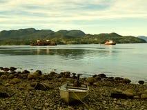 Sleepbootboot en landschap Stock Afbeeldingen