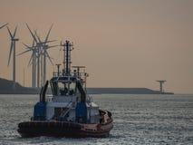 Sleepbootboot het uitgaan van haven Stock Foto's