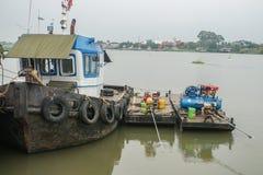 Sleepbootboot met de vlotter van waterpompen op Chaopraya-Rivier in Bangkok Thailand stock afbeeldingen