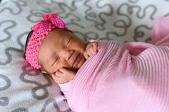 Sleepin asiatico del neonato in fascia d'uso del panno rosa Fotografie Stock Libere da Diritti