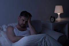 Человек страдая от sleeplessness Стоковая Фотография
