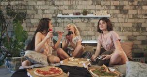 sleepover戏剧的多种族少年夫人在床上的PSP,当吃比萨,非常热心他们使用时 股票视频