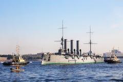Sleepreis van een histotical kruiserdageraad aan een plaats van reparatie in dok, St. Petersburg, Rusland Royalty-vrije Stock Fotografie