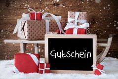 Sleigh avec des cadeaux, neige, flocons de neige, Gutschein signifie le bon Photographie stock libre de droits