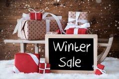 Sleigh avec des cadeaux, neige, flocons de neige, vente d'hiver des textes Photographie stock