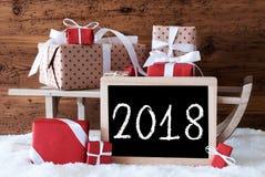 Sleigh avec des cadeaux sur la neige, texte 2018 Photographie stock libre de droits