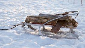 Sleigh avec un identifiez-vous la neige images libres de droits