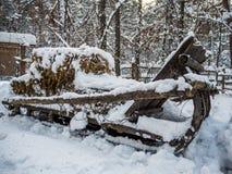 Sleigh a chargé avec le foin sous la neige, Novosibirsk, Russie photographie stock