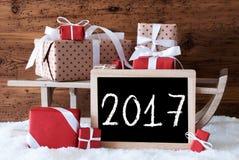 Sleigh con i regali su neve, testo 2017 Immagine Stock