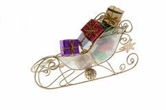 Sleigh en laiton avec des cadeaux de Noël Image libre de droits