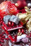 Sleigh Santa Claus med gåvor och garneringar Arkivbild