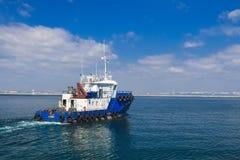 Slepend schip in de open zee, blauwe sleepboot die op overzees varen stock fotografie