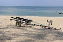 Slepend voertuig op het strand Stock Afbeelding