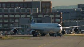 Slepende Luchtbus A340 van Zuidafrikaanse Luchtvaartlijnen stock footage