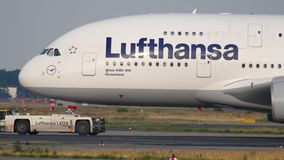 Slepende Lufthansa-Luchtbus 380 stock footage