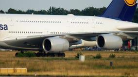 Slepende Lufthansa-Luchtbus 380 stock video