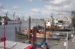 Slepende schepen bij ligplaats stock fotografie