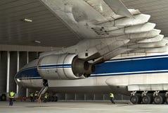 Slepende vliegtuigen in de hangaar voor proeflancerings motor-onderhoud van vliegtuigen bij de luchthaven in Leipzig stock fotografie