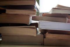 Slepenstapels pocket en boek met harde kaftboeken stock foto
