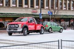 Slepenvrachtwagen Ford F-450 in de stadsstraat royalty-vrije stock afbeelding