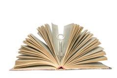 Sleutel in boek stock foto's