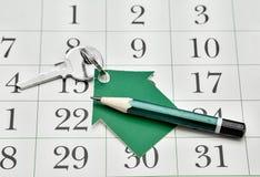 Sleutel, een huis van document en een potlood dat wordt gemaakt tegen Stock Foto