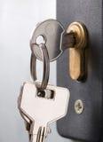 Sleutel in een slot wordt geplakt dat stock afbeelding